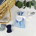Ballotin à dragées tissu Liberty Capel bleu ciel , ruban satin blanc , étiquette papier personnalisée