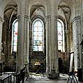 FecaTrin198La chapelle des Fonts baptismaux (à l'arrière-plan) est éclairée par trois vitraux enrichis de réemplois