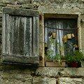 Fenêtre à la Couvertoirade - Causses et Larzac