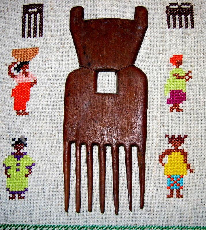 Tableau brodé peignes africains - détail