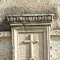 Croix au-dessus de la porte d'entrée du Presbytère, maison du curé