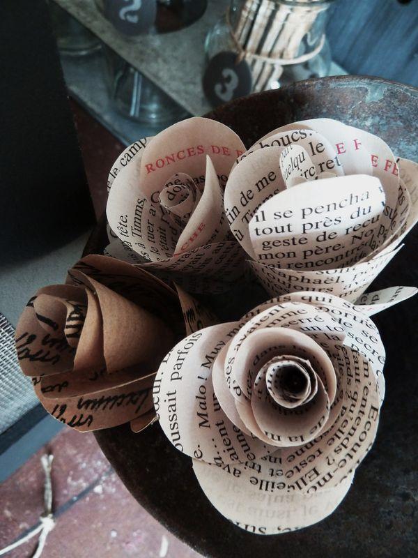 Fleurs en pages de livre, dans un entonnoir ancien