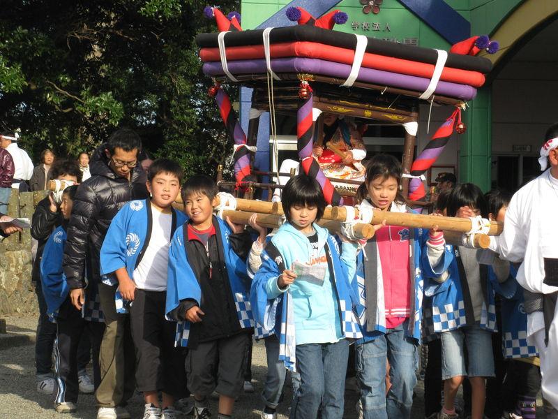 Les enfants avaient aussi leur temple à transporter...