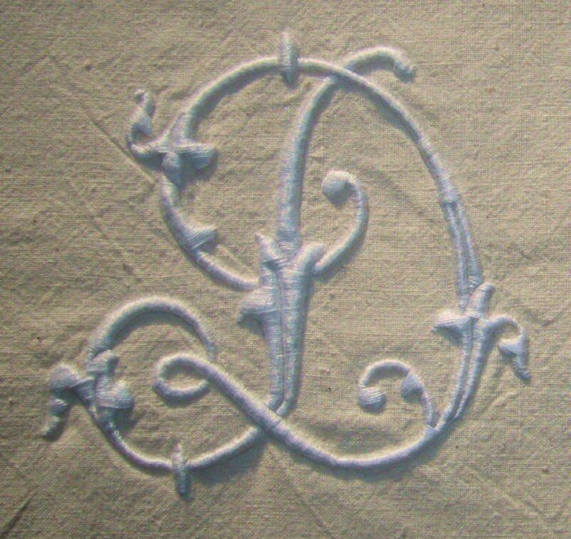 D, 10 cm de haut, blanc sur tissu ancien écru