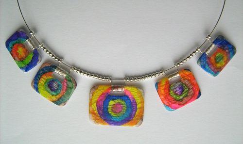Collier aux petites ardoises colorées