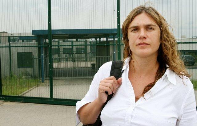 Zoe Genot devant le centre pour etrangers