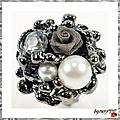 Bague Fleur Ishana Perles <b>Nacreé</b> et Crystal Avec Rose Grise Tissu Métal Tissé Métal Argenté Noir Ajustable