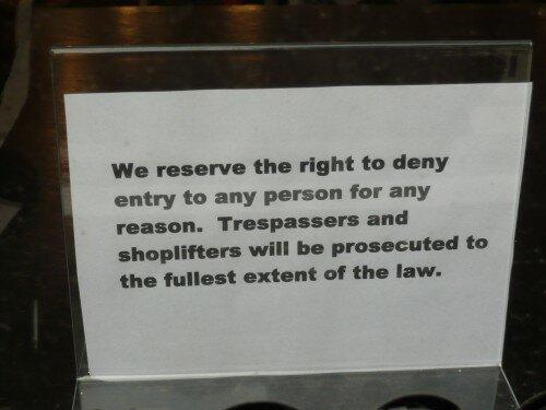 Ce type d'écriteau ne me donne pas envie de pousser la porte...