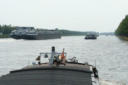 ce bateau qui nous dépasse mesure 135 m x 14,90.... et nous : 39,15 x 5,,05...