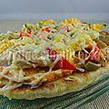Pizza sur pain naan au poulet fumé, poivrons et pesto rosso