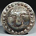 Phalère circulaire ornée au repoussé d'une tête de lion. <b>Art</b> <b>Sassanide</b>, IVe-VIe siècle