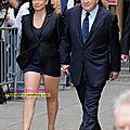 <b>Anne</b> <b>Sinclair</b>, une mini-jupe qui laisse deviner une petite culotte rouge