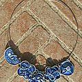Collier bleu multiple en capsules de café recyclées et fil d'aluminium