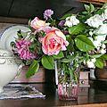 Roses, seringat, weigelia, ciboulette