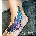 Tattoo plume sur le pied en dégradé de couleurs réalisée par jérémy