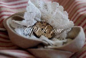 Détail fleur sac rayé gris,rouge,blanc