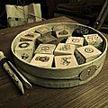 Cubes en bois, pince à linge ancienne