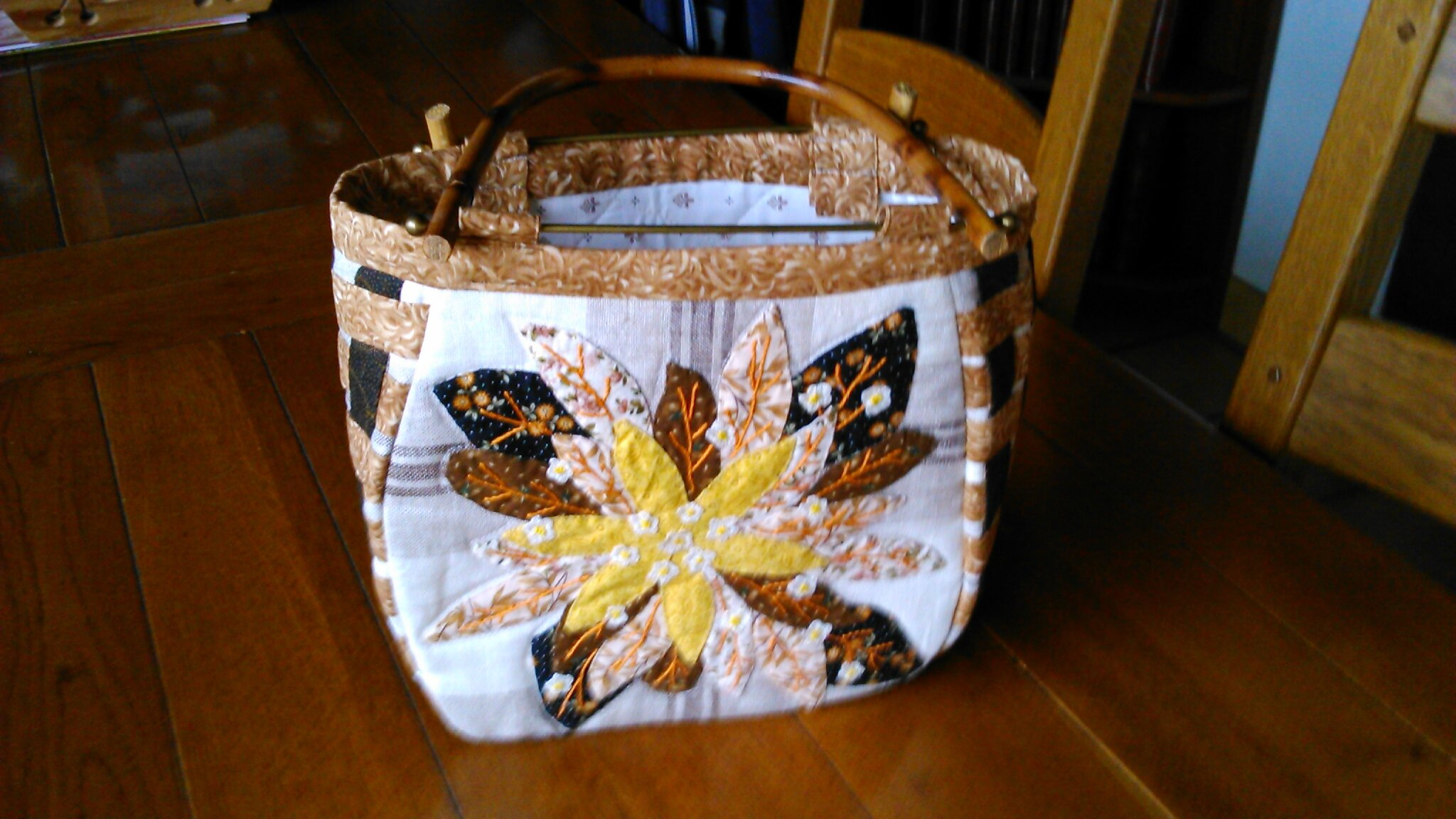 Le sac au tournesol en patchwork brodé