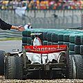 Lewis Hamilton s'enlise dans un minuscule bac à gravier .. et perd bêtement le <b>titre</b> ! Shanghai (Chine) 2007