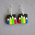 Boucles carrées noires et crayons multicolores 9€