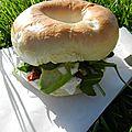 Bagel végétarien (chèvre, miel, avocat, tomates séchées § pignons de pin)