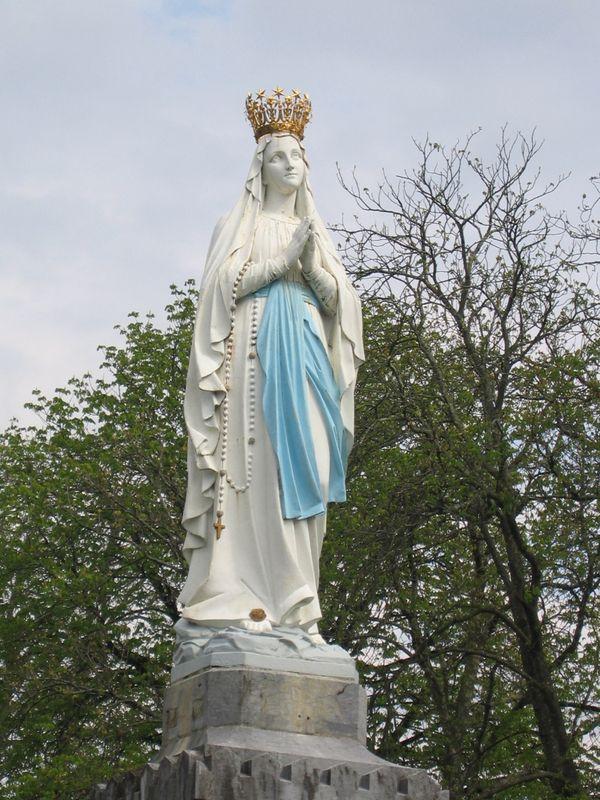 Lourdes, la Vierge couronnée