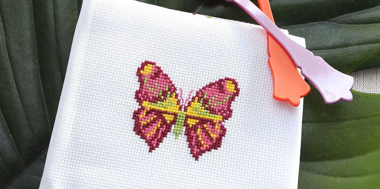 broderie-un-papillon-multicolore-au-point-de-croix