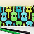 Trousse d'école noire guitares multicolores