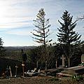 Cimetière de l'église de Vals en Ariege Pierres tombales, crucifix et tombes (7) 800x600