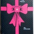 Carte d'anniversaire comme un gros cadeau baroque avec noeud fuchsia