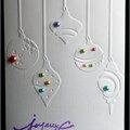 carte de Noël avec boules suspendues et perles