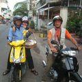 En moto pour aller chez les parents de Heng