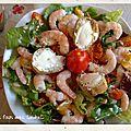 Salade de crudités crevettes et croûton de vache qui rit
