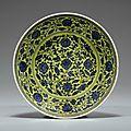 Rare coupe en porcelaine bleu blanc à fond jaune. chine, dynastie qing, marque et époque yongzheng