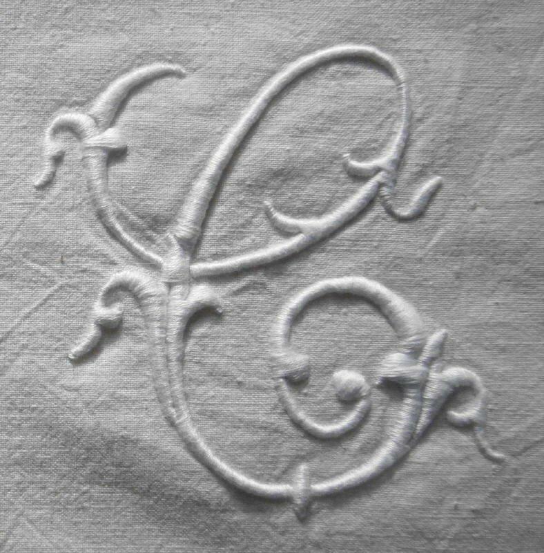 C alphabet Alexandre, 10 cm de haut, blanc sur tissu ancien écru