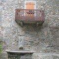 balcon et fontaine à Yvoire