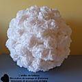 <b>Boule</b> de <b>fleur</b> en papier crépon blanche en décorations
