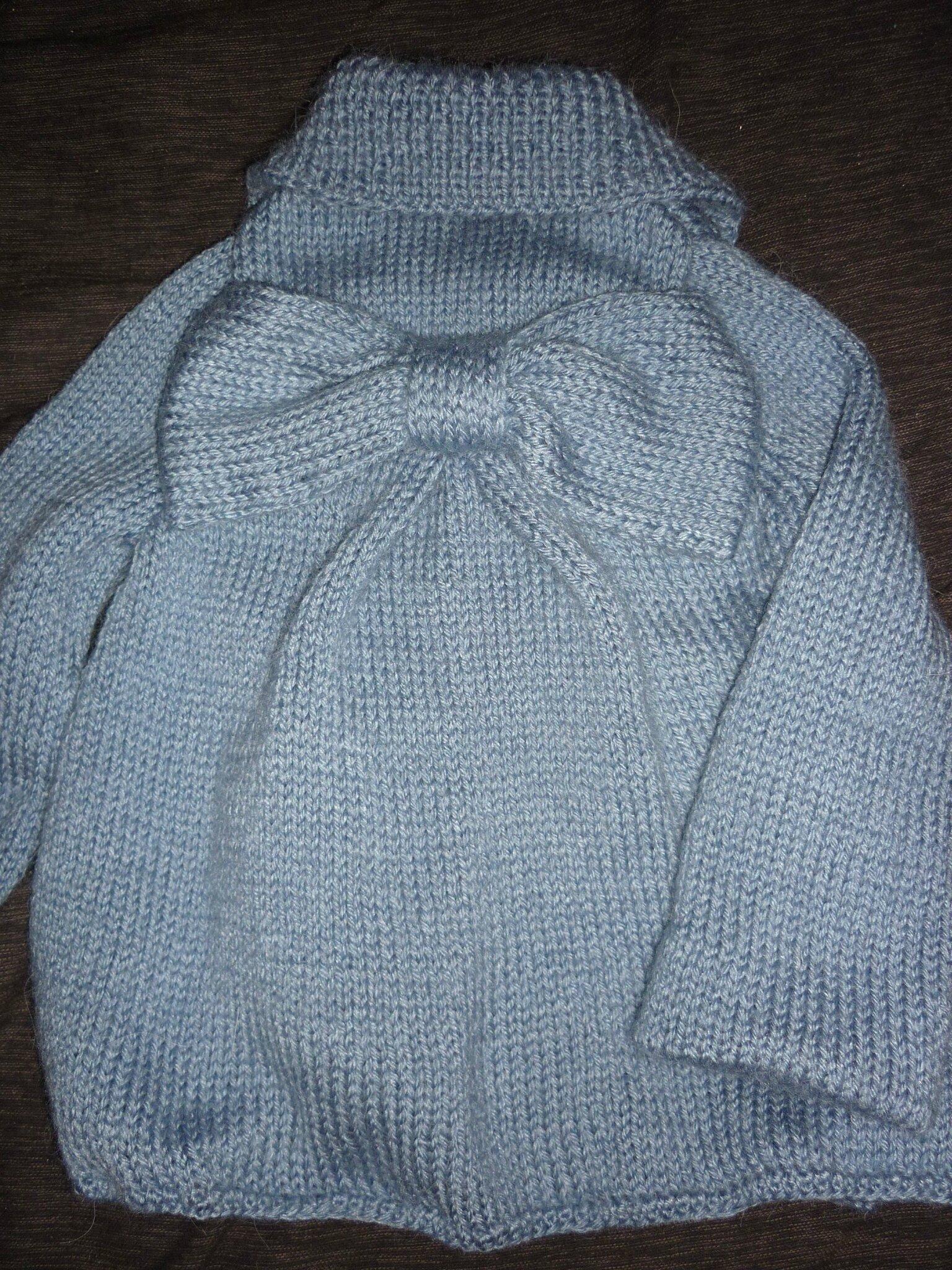 Gilet bleu à col, gros noeud dans le dos