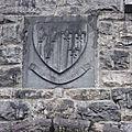 Devise en français à la porte du château : Loyal aux morts. Ca prend tout son sens quand on pense au contexte...