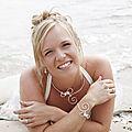 Une mariée sur la plage, en bijoux volutes