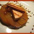 Foie gras au torchon maison sur lit de tatin pomme canelle et baies roses