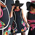 Robe maille noire Graphique féminine Chic et imprimé Fleur Pivoine rose Fuchsia vif