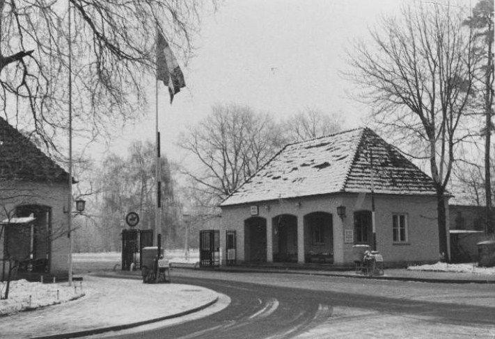 Poste de Police de la Porte Principale vue de l'Intérieur dans les Années 60