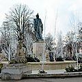 Fontaine du Champ de Mars à Colmar (Décorée pour Noël)