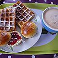 Brioche et gaufre pour un bon petit déjeuner