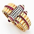 <b>Bracelet</b> <b>rigide</b> ouvrant asymétrique en or rose godronné, platine, diamants et rubis. Vers 1940
