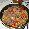 Plat complet : wok boeuf, petits pois, poivron et nouilles