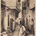 Une femme dans une rue du quartier Arabe