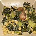 Saucisses fraîches épicées et blettes aux pois chiches et aux pommes de terre