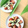 Salade de tomates rôties a l'ail & mozzarella marinée au basilic et olives noires